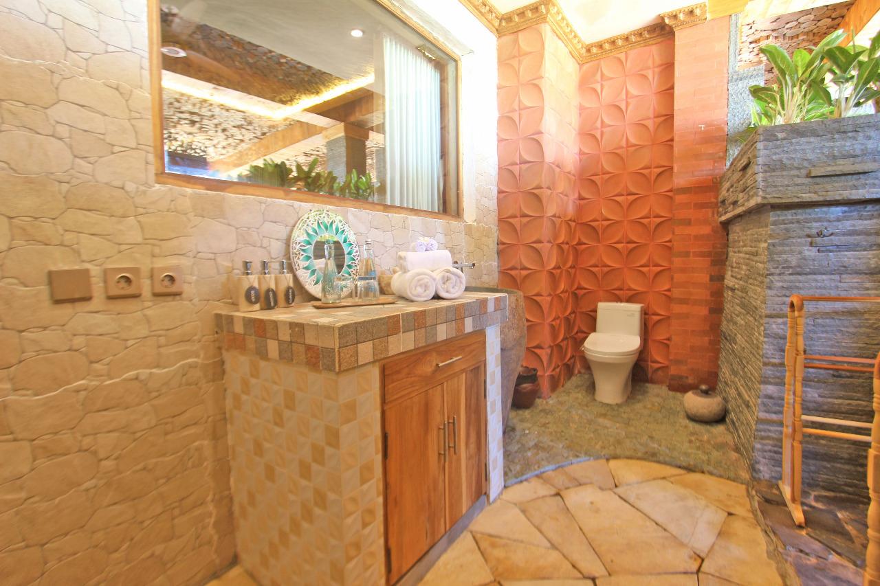 Bathroom,-classic-up-wooden-escape,-udara-bali