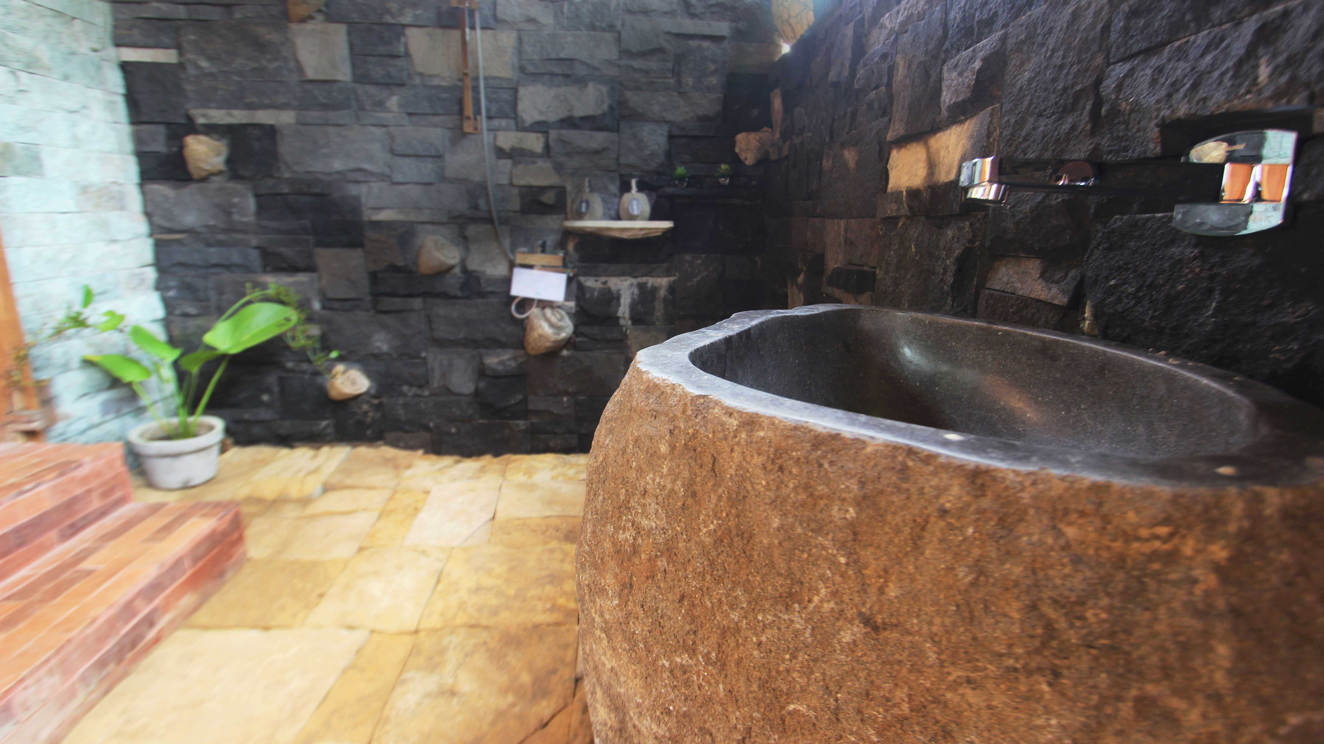 Bathroom,-toilet,-unique-wooden-joglo,-udara-bali