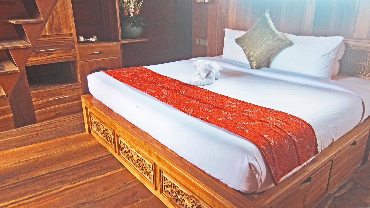 Classic-Up-Wooden-Escape,-bedroom,-udarabali